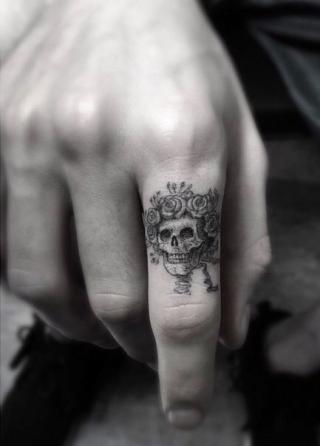 6-skull finger tatoo